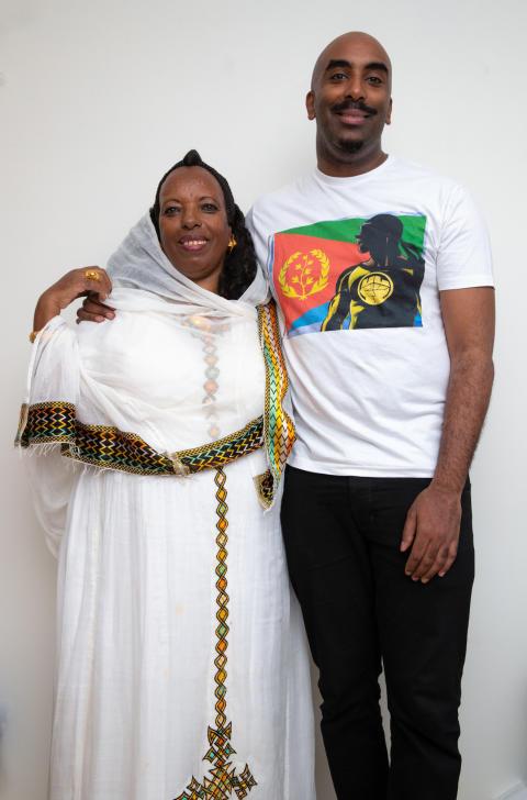 Norsk superheltskaper skrev bok med moren i Eritrea: - Mamma er min helt!