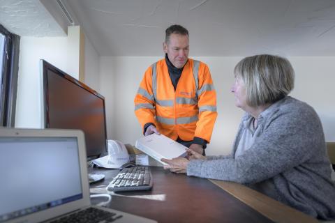 Engineer visiting customer (2)