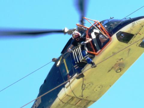 Vogelschutz: Helikoptereinsatz zur Montage von Vogelschutzfahnen auf Hochspannungsmasten