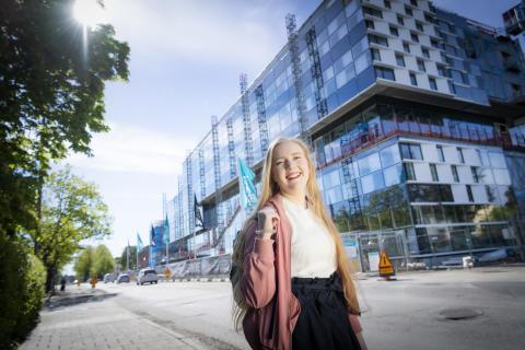 MDH-student utanför bygget av nya campusbyggnaden i Eskilstuna.