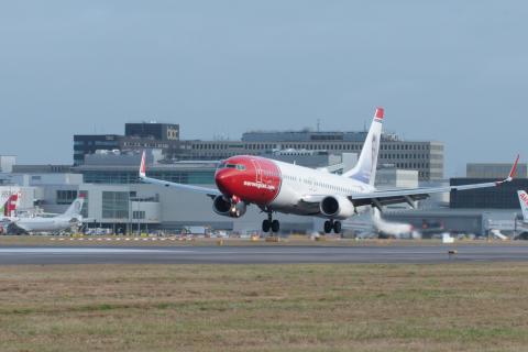 737-800 lands at Gatwick