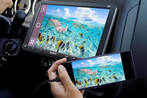 Potujte s pametnim in varnim slogom ter ostanite osredotočeni na cesto z novima Sonyjevima avtomobilskima medijskima sprejemnikoma XAV-AX8050D in XAV-1500