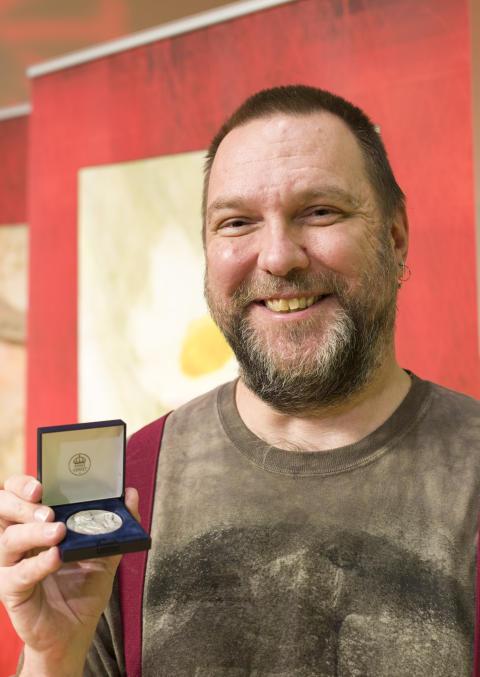 Mattias Forshage får Svenska Linnesällskapets silvermedalj på Flora- och faunavårdskonferensen 2017.