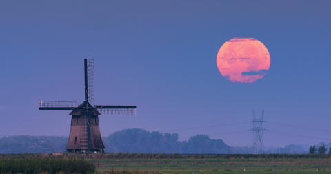 Image of the supermoon from Benelux  by Albert Dros made possible by the pin-sharp resolution and defocusing capabilities of Sony's 70-200 G Master lens_von Sony_01