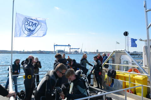 """Müllsammelschiff """"SeeKuh"""" reinigt den Meeresgrund vor dem Camp 24/7"""
