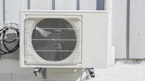 montering av utedel på luft-til-luft-varmepumpe
