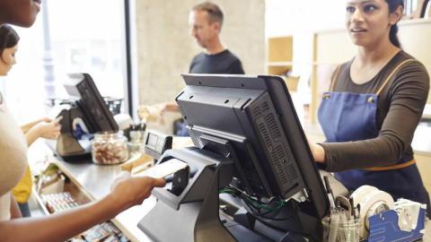 En halv milliard flere kontaktløse betalinger etter økning i beløpsgrensen