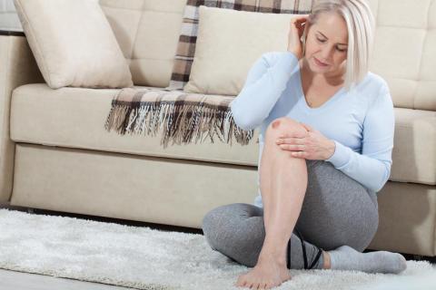Frau mit verletztem Knie