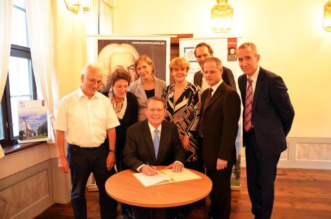 Unterzeichnung der Vereinbarung mit der ELCA durch Reverend Dr. Robert Moore