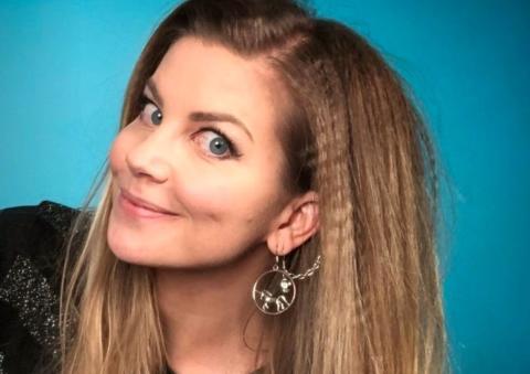 TikTok-influencer Silje Sirnes Winje med bok om mensen. 12 kjente kvinner forteller om sin første menstruasjon
