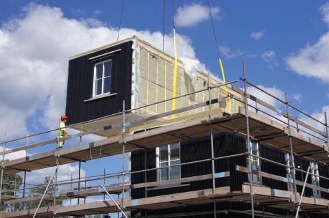 BoKlok lägenheter lyfts på plats i Skövdes nya Trädgårdsstad