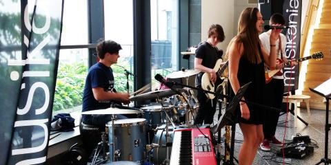 Unga på musikturné i sina hemkommuner