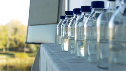 Vattenflaskor på Kranvattentävlingen 14 oktober 2020.