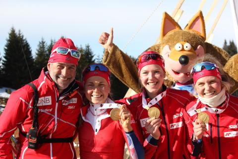 Gulljentene og trener Roger Grubben,stafett junior kvinner,junior-vm 2016