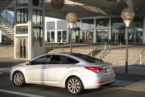 Hyundai i40 sedan skrått bakfra