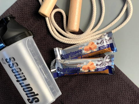 Jetzt neu bei dm-drogerie markt: der Sportness 60 % Eiweißriegel Caramel-Toffee-Crisp