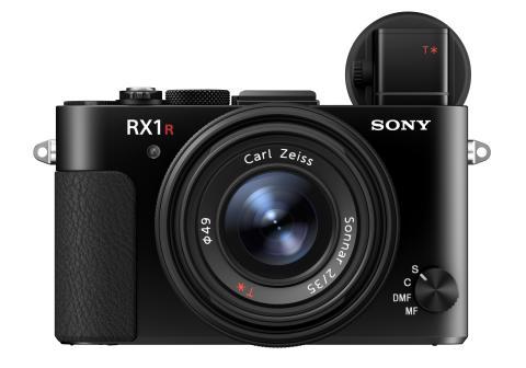Η Sony παρουσιάζει τη νέα φωτογραφική μηχανή RX1R II, που χωρά στην παλάμη σας και διαθέτει αισθητήρα πλήρους καρέ με οπίσθιο φωτισμό και ανάλυση 42.4 MP