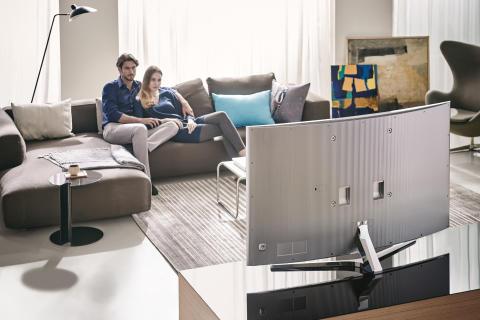 Hver fjerde dansker spiser dagligt foran fjernsynet