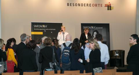 Moderatorinnen Janina Kalbes (links) und Susanne Leuthner (rechts) DOT 2015