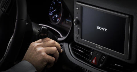 Viaje de forma inteligente e segura enquanto se mantém focado na estrada, graças aos novos XAV-AX8050D e XAV-1500 - os mais recentes recetores multimédia in-car da Sony