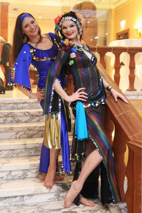 Bauchtänzerinnen in traditionellen Kostümen repräsentieren das Partnerland Ägypten auf der diesjährigen Touristic & Caravaning International