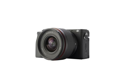 7_Samyang AF 12mm F2,0 E_with camera