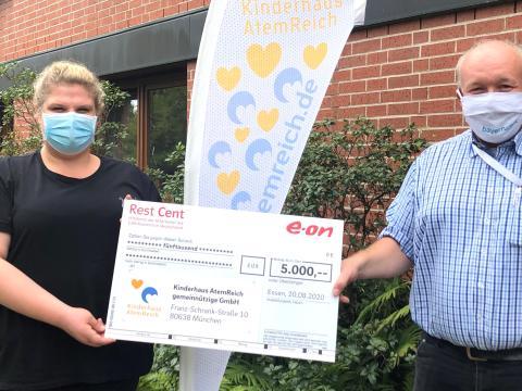 Bayernwerk-Mitarbeiter spenden für Kinderhaus AtemReich
