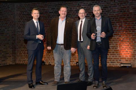 Sanierungspreis 16 Flachdach: Malte von Lüttichau/DDH DAS DACHDECKER-HANDWERK, Geschäftsführer Marcus Krämer, Patrick Börder/Alwitra, Mitarbeiter Markus Sauer