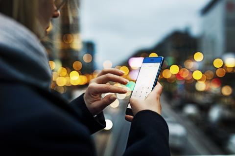 Woman_phone_street_lights