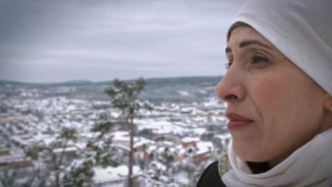 Gina Dirawis mamma Siham Abdul Aziz möter nyanlända familjer i ny UR-serie