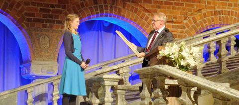 Möbelsnickaren Julia fick 100 000 kronor i stipendium och en silvermedalj
