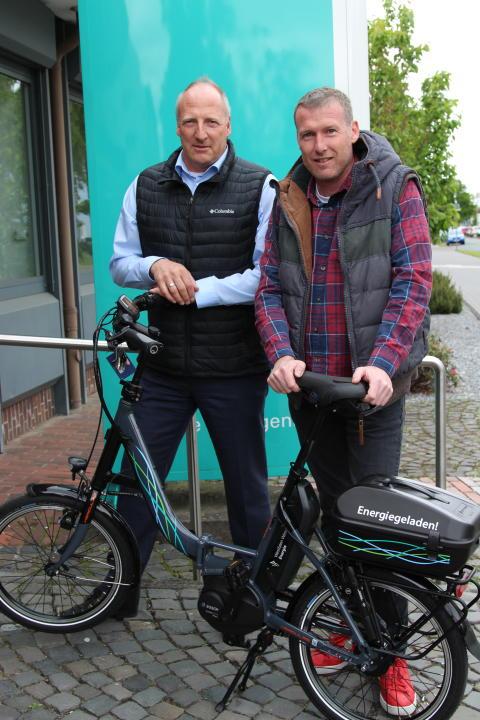 Stephan Hötger und Thorsten Düchting freuen sich über das Klapp E-Bike für den SV Brenken (v. l.)