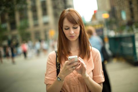 Kvinna med telefon TravelVU