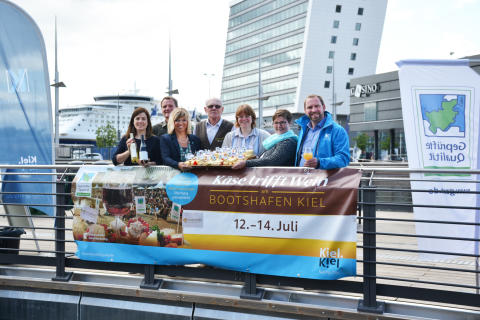 Käse trifft Wein 2019 v.l. Kathrin Groß (Kiel-Marketing), Markus Heid und Ute Volquardsen (Landwirtschaftskammer SH), Detlef und Kirsten Möllgaard (Meierhof Möllgaard), Cindy Jahnke (KäseStraße) und Johannes Hesse (Kiel-Marketing)