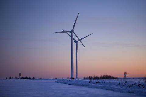 Vindkraftverk i vinterljus