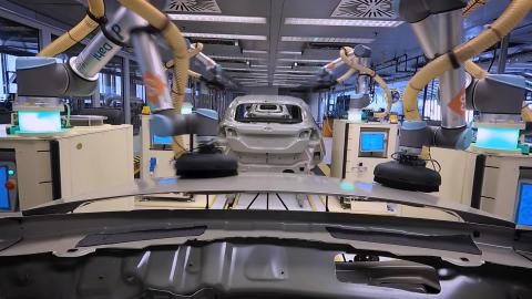 Bruker samarbeidende roboter til finpuss av nye biler