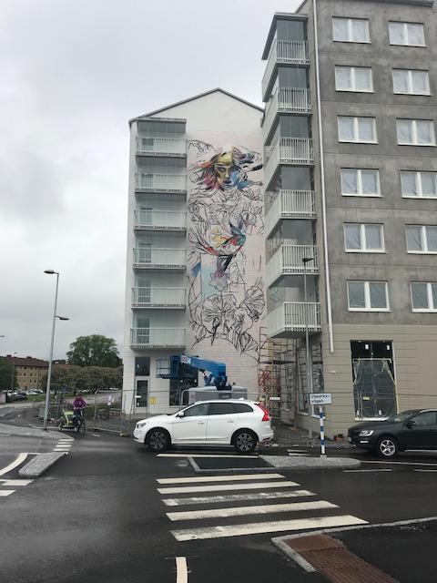 Nu växer fasadmålningen på Ikano Bostads bostadsrättsprojekt i Kungälv fram