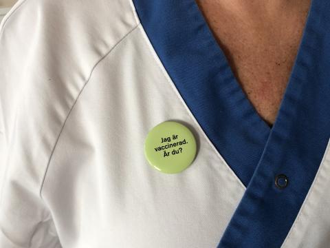 Vårdpersonal på Akademiska sjukhuset som vaccinerat sig mot influensa kan visa detta med en pin.