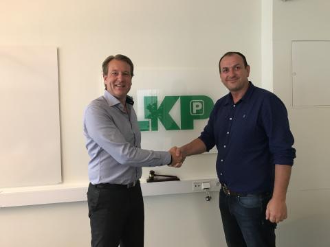 LKPs Driftchef Armin Memic och Xelents Håkan Tykö tar i hand på ett lyckat samarbete.