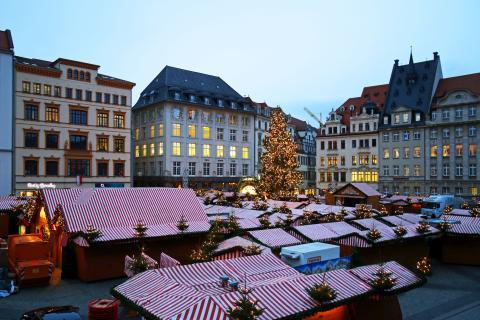 Blick auf den Leipziger Weihnachtsmarkt 2015 und den Weihnachtsbaum, der mit über 3.000 Lichtern strahlt.