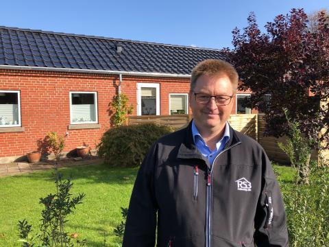 Preben Hamborg er inspektør i Boligforeningen, der valgte energirigtige tage med solcelleteglsten