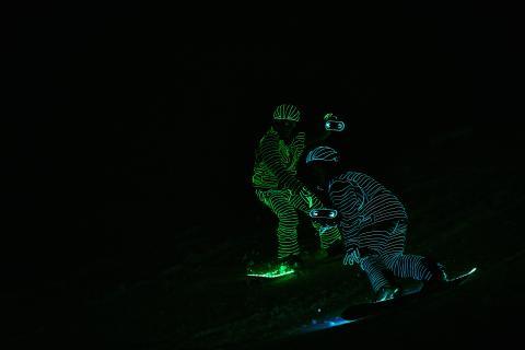 Näyttäviä valoja ja jytiseviä bassoja: katso video sykähdyttävästä lumilautavalospektaakkelista Alppi-festivaaleilta