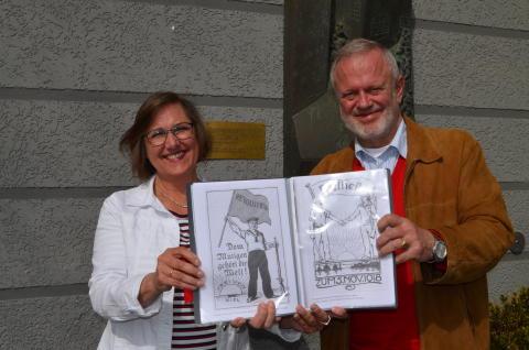 Die Stadtführer Manuela Junghölter und Uwe Trautsch vor der Erinnerungsplakette Feldstraße/ Ecke Langer Segen