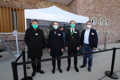 Sozialminister Manne Lucha, Staatssekretär Florian Stegmann und dm-Chef Christoph Werner informieren sich vor Ort über die Initiative zur Einrichtung von Schnelltest-Centren von dm-drogerie markt