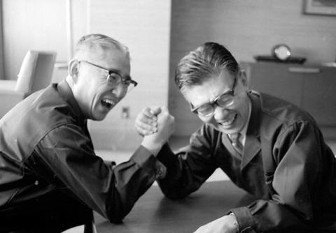Masaru Ibuka à direita, Akio Morita à esquerda. Esta foto foi tirada em 1961.