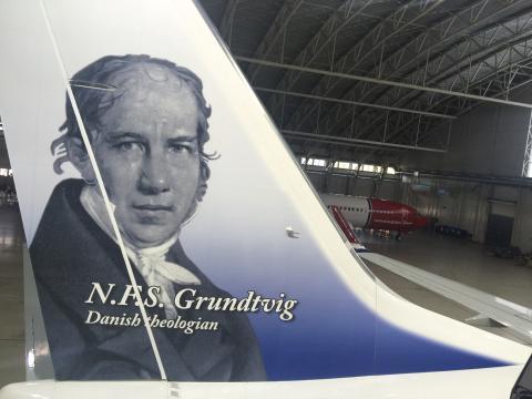 N.F.S. Grundtvig hyldes på Norwegian-fly