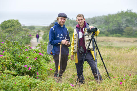 """Finn Blug (links) und Johannes Baumeister sind die Protagonisten der Magazin-Geschichte """"Wer Glück hat trifft den Ziegenmelker"""", in der es um die Sylter Natur geht."""