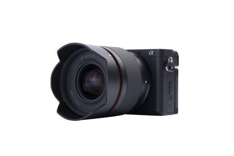 6_Samyang AF 12mm F2,0 E_ with camera