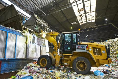Abfälle werden zur Sortierung auf in einen Sacköffner gegeben
