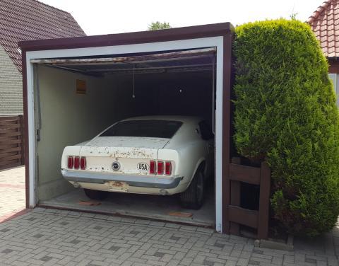 Garagenfund auf der Retro Classics: Ein Mustang-Traum in weiß am BELMOT Messestand